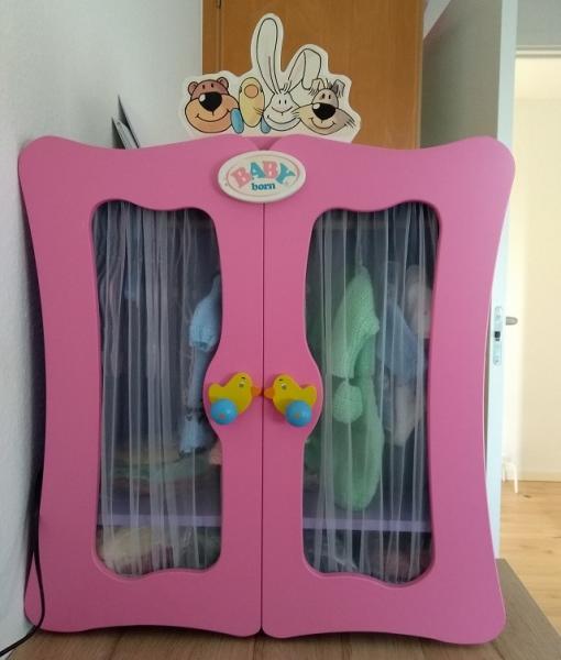 Garderobe skab (Baby Born), sælges for 300 kr uden tøj og bøjler. Målene er ca. 72 cm høj med skilt og uden 50 cm x 24 cm dyb x 58 cm bred.